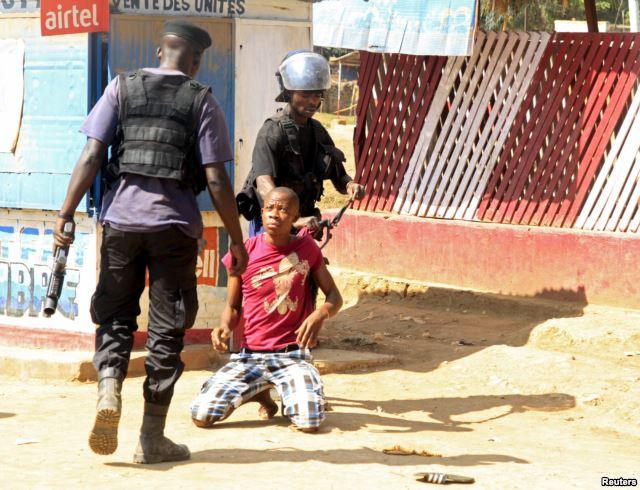 Les policiers détiennent un manifestant lors d'affrontements à Lubumbashi, en République démocratique du Congo, le 10 nov 2015.